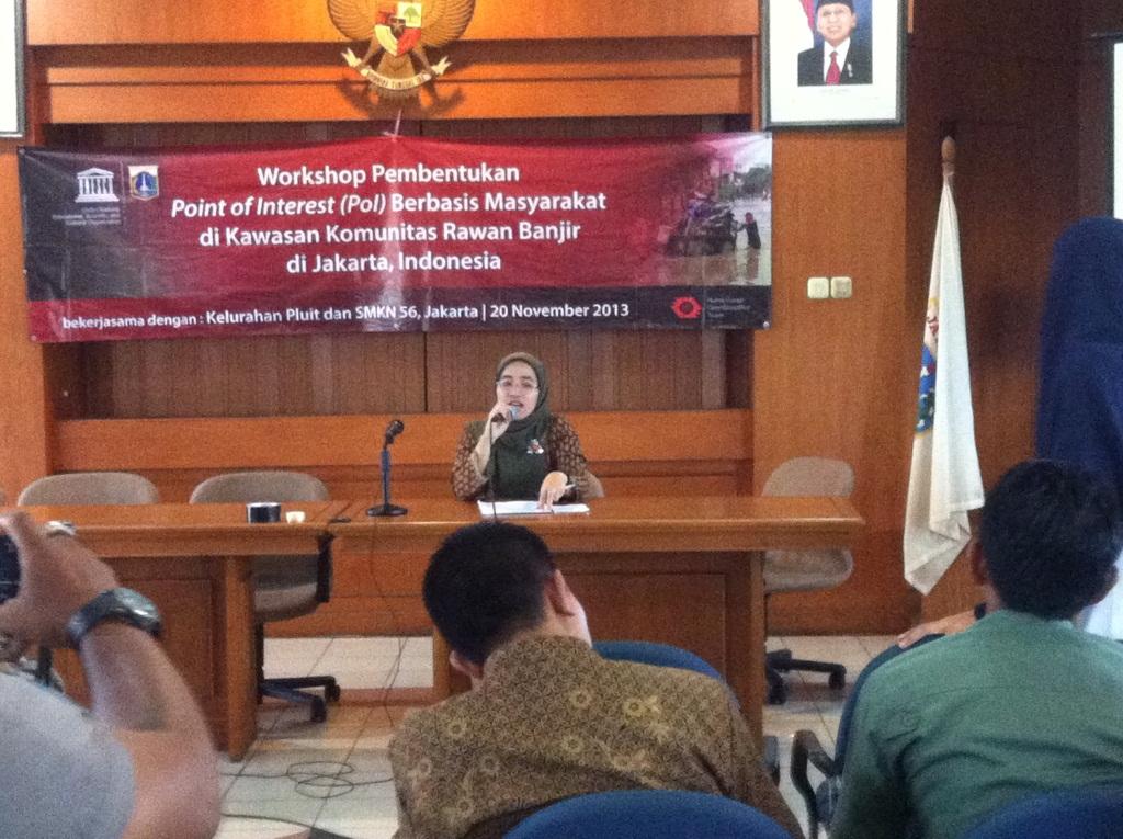 Ibu Nina Marlena memberikan presentasi mengenai Pembentukan POI