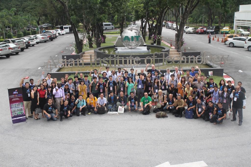 Foto Bersama dengan para peserta dan panitia (Sumber : FOSS4G Asia Website)